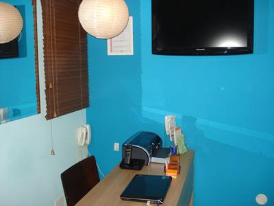Ambiente confortável, com ar condicionado, televisão, cafezinho e revistas disponibilizadas aos clientes.