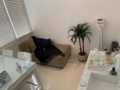 Sala de medicina e nutrição (entre outras especialidades), equipada com maca, balança e ar condicionado.